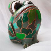 *Camouflage* Relief-Keramik-Guss-Frosch handbemalt Unikat hellgrün dunkelgrün mittelgrün kaki türkis weiß gold Tarnfarbe gefertigt von Marion Heine Soulous Art