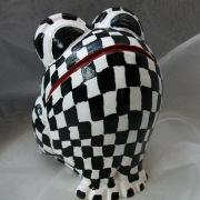 *Racer* Relief-Keramik-Guss-Frosch handbemalt Unikat schwarz weiß rot Rennfahrer gefertigt von Marion Heine Soulous Art