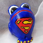 *Superfrog* Relief-Keramik-Guss-Frosch handbemalt Unikat blau rot gelb schwarz weiß Superfrosch gefertigt von Marion Heine Soulous Art