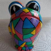 *Harlekin* Relief-Keramik-Guss-Frosch handbemalt Unikat bunt gelb blau rot pink violett grün türkis schwarz weiß gefertigt von Marion Heine Soulous Art