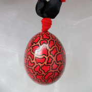 Hühnerei handbemalt wasserfest natur schwarz rot gemustert gefertigt von Marion Heine Soulous Art