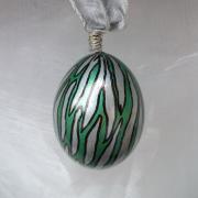 Hühnerei handbemalt wasserfest silber schwarz grün gemustert gefertigt von Marion Heine Soulous Art