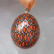 Hühnerei handbemalt wasserfest silber schwarz orange gemustert gefertigt von Marion Heine Soulous Art