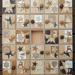 Weihnachtskalender Holzsetzkasten mit Türchen braun Echtholz Lasur Serviettentechnik Holzknauf Acrylfarbe gefertigt von Marion Heine Soulous Art