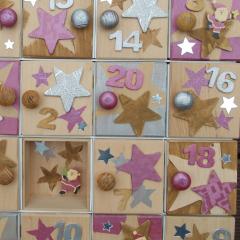 Weihnachtskalender Holzsetzkasten mit Türchen pink Detail Echtholz Lasur Serviettentechnik Holzknauf Acrylfarbe gefertigt von Marion Heine Soulous Art