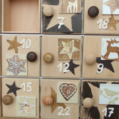 Weihnachtskalender Holzsetzkasten mit Türchen braun Detail Echtholz Lasur Serviettentechnik Holzknauf Acrylfarbe gefertigt von Marion Heine Soulous Art
