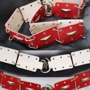 Ledergürtel in rot + weiß geöst und mit Ziernieten + Drachenschnalle echt Leder Mittelalter Larp Fantasy Rollenspiel Gothic Steampunk gefertigt von Marion Heine Soulous Art
