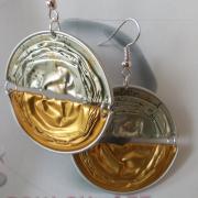 01 Ohrhänger two-half gold gepunktet Nespresso Volluto Vanilla Amaretti upcycling Alu Kapsel leer Aluminium Schmuck gefertigt von Marion Heine Soulous Art