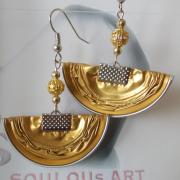 07 Ohrhänger Halbmond Perle gold Nespresso Volluto upcycling Alu Kapsel leer Aluminium Schmuck gefertigt von Marion Heine Soulous Art