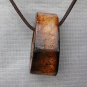 01 Anhänger braun Rinderknochen Knochen gebleicht gefärbt Lederband rund gefertigt von Marion Heine Soulous Art