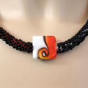 Perlen - Kette Schmuck Rocailles schwarz rot weiß Glasbead gehäkelt von Marion Heine Soulous Art