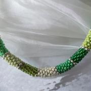 Perlen - Kette Schmuck Rocailles beige maigrün hellgrün dunkelgrün gold gehäkelt von Marion Heine Soulous Art