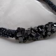 Perlen - Kette Schmuck Rocailles schwarz Halbedelsteinen Hermatite gehäkelt von Marion Heine Soulous Art