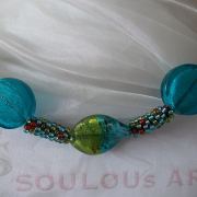 Perlen - Kette Schmuck Rocailles grün blau rot Metallic Silberfolienglasperlen gehäkelt von Marion Heine Soulous Art