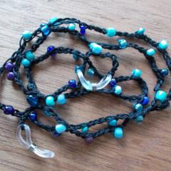 Brillenband Brillenkette Perlenbrillenband gehäkelt Baumwolle Rocailles schwarz blau gefertigt von Marion Heine Soulous Art