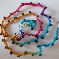 Brillenband Brillenkette Perlenbrillenband gehäkelt Baumwolle Rocailles Regenbogen schwarz gefertigt von Marion Heine Soulous Art
