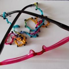 Brillenband Brillenkette Perlenbrillenband gehäkelt Baumwolle Rocailles Regenbogen schwarz Lesebrille gefertigt von Marion Heine Soulous Art