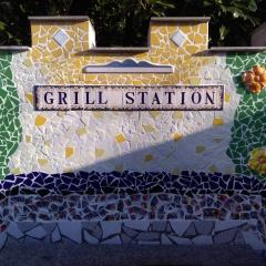 Mosaik Garten Fliesen Kacheln Blumenwiese Grill-Sation gelb grün blau türkis schwarz weiß rot gefertigt von Marion Heine Soulous Art