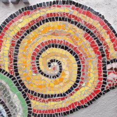Wohlfühloase Relax Gartenkarmin Spiralen gelb orange Schnecken Mosaik Garten Fliesen gefertigt von Marion Heine Soulous Art