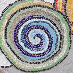 Wohlfühloase Relax Gartenkarmin Spiralen blau grün Schnecken Mosaik Garten Fliesen gefertigt von Marion Heine Soulous Art