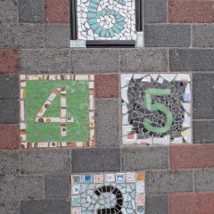 Hüpfspiel 3 4 5 6  Himmel und Hölle Hickelkasten Bodenplatte gefertigt von Marion Heine Soulous Art