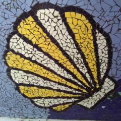 Mosaik Garten Fliesen Kacheln Merrestiere Muschel gelb weiß hellblau türkis schwarz gefertigt von Marion Heine Soulous Art