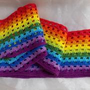 Schal *Regenbogen* reine Baumwolle gehäkelt rot orange gelb hellgrün grün hellblau blau violett gefertigt von Marion Heine Soulous Art