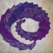 Drachenschal Schal Stola violett lila gestrickt gefertigt von Marion Heine Soulous Art
