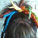 Haargummi Dreadlock Haarband Gummi gefilzt Haarschmuck bunt Modell gefertigt von Marion Heine Soulous Art