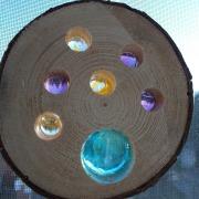 Holzscheibe Lochscheibe mit Aufhänger buntem Glas Cabochons Modell 1 Gegenlicht made by Soulous Art