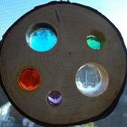 Holzscheibe Lochscheibe mit Aufhänger buntem Glas Cabochons Modell 2 Gegenlicht made by Soulous Art
