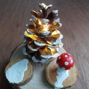 Winterliches Tannenbäumchen mit LED-Beleuchtung Kiefernzapfen Holzscheibe Deko Geschenk in Betrieb made by Soulous Art